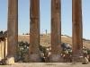 Nur sechs Säulen sind heute vom Jupitertempel noch aufrechtstehend vorhanden (links der sog. Bacchustempel) – Als wir einige Gewehrschüsse vernahmen, dachten wir zunächst an eine Hochzeit in der Stadt. Ein dumpferes Donnern bestätigte dann, dass auf dem Hügel im Hintergrund eine Militärbasis liegt.