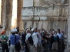 Im sog. Bacchustempel, den Prof. Hitzl eher als Venustempel identifiziert  – gebannter Blick nach oben (rechts unser libanesischer Reiseleiter Halim) ...