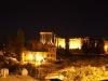 """Blick von der Dachterrasse des Palmyra-Hotels auf die Tempelanlage – Gegen 23:00 Uhr war wieder staatlicher Strom für die Beleuchtung vorhanden – vor dem mondänen, durch uns in seinem Dornröschenschlaf gestörten Haus, in dem Kaiser Wilhelm II. seinerzeit nur deswegen nicht übernachten wollte, weil er seine eigenen Zelte mit hatte, kreisten Jugendliche in ihren Autos mit """"Welcome to Lebanon""""-Rufen. (Das namengebende Gebirge sollten wir am nächsten Tag passieren ...)"""