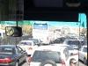 """An der syrisch-libanesischen Grenze  – Was vielleicht nach """"Reißverschlussverfahren"""" aussieht, ist jedoch ein plastisches Zeugnis für die lokale Verkehrsmentalität: Das Fahrverhalten richtet sich nicht nach einem übergeordneten Regelwerk sondern nach der, sich spontan-intuitiv ergebenden, Situation – was wir als """"Chaos"""" erachten, ist vielmehr ein """"organischer Fluss"""", dessen scheinbarer Stillstand lediglich die """"Binnenkommunikation"""" fördert, wenn sich (zumindest die maskulinen) der durchschnittlich 7 Insassen eines Kleinwagens die Beine vertreten."""