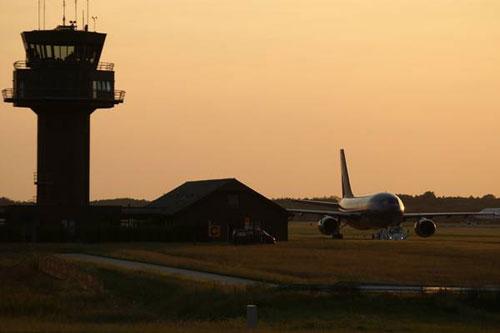 Flugzeug in der Abendsonne. Rostock Laage