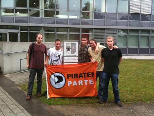 Piraten vor dem Dienstsitz des Landeswahlleiters