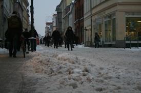 In der Langen Straße liegt eine Schneedecke - besser als Eis, findet die Stadt.