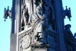 Ernst Moritz Arndt am Rubenowdenkmal. Über seine Eignung als Namenspatron gab es vor rund vier Jahren eine intensive Debatte, bei der sich die Uni in zwei Lager spaltete.