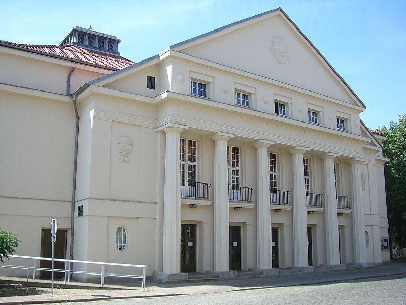 Das Theater in der Robert-Blum-Straße. Dahinter ist die Stadthalle.