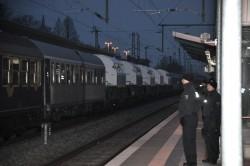 Der Transportzug durchquert den Greifswalder Bahnhof. (Foto: Gabriel Kords)