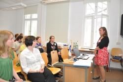 Kathrin Hübner referiert ihren Kommilitoninnen über Verbrektionen im Finnischen.