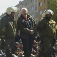 Linksradikale Brutalo-Schlägerin auf friedlicher Maiblockade!
