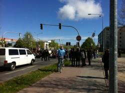 Neue Blockade in der Thälmann-Str/Anklamer Str. (Foto: @diggah via twitter)