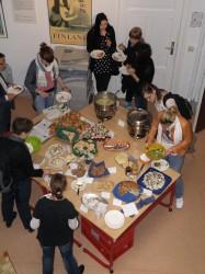 Teilnehmer am finnischen Buffet.