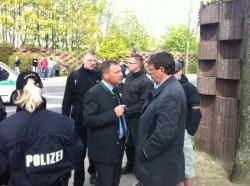 Udo Pastörs (NPD) droht Sozialsenator Ulf Debmski (SPD) Konsequenzen an.