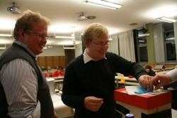 Die Wahlhelfer Carsten Schönebeck und Gabriel Kords