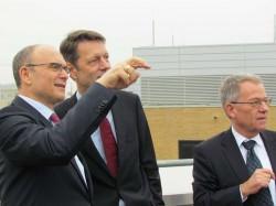 Erwin Sellering zeigt auf der Dachterasse Georg Schütte und Reiner Westermann den neuen Campus
