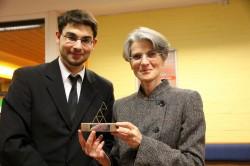AStA-Vorsitzender Felix Pawlowski überreichte der neuen Rektorin Hannelore Weber im Namen der Studierendenschaft eine Skulptur.