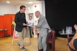Stupa-Präsident Milos überreicht den Franktionschef der Links-Partei die Petition ''Bildung braucht Priorität''.