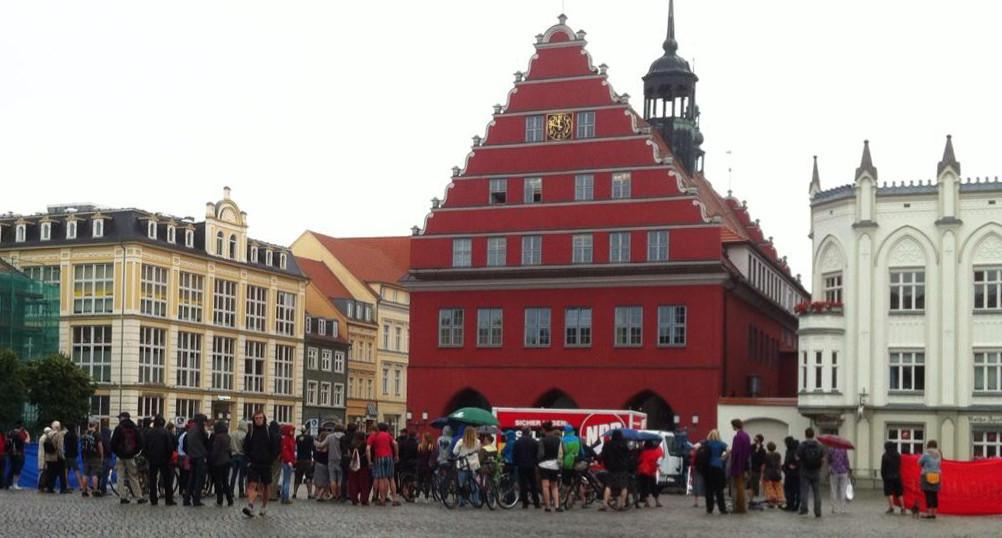 Schnell versammelten sich am Marktplatz viele Gegendemonstranten.
