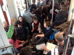 Die vielen Menschen im Zug aus Rostock müssen auch auf dem Boden platz nehmen. Quelle: Elisabeth Woldt