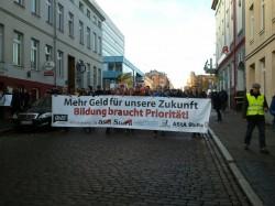 Etwa 1000 Teilnehmer ziehen los mit dem Ziel Landtag in Schwerin.