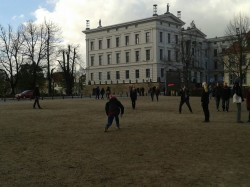 Die Redepausen werden auch genutzt um Frisbee zu spielen.