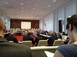 Im Landtag hat die Sitzung begonnen und erste Redebeiträge werden gehalten.