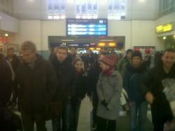 Am Hauptbahnhof in Schwerin ist der Sonderzug aus Rostock mit etwa 1000 Leuten um 10:20 angekommen.