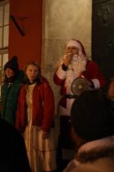 Protestierender Weihnachtsmann vor dem Rathaus. Nicht nur er wollte KLEX und Labyrinth retten.