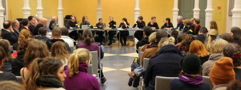 Mit 76 anwesenden Studenten der Bildenen Kunst und Kunstgeschichte war die Vollversammlung beschlussfähig. Außerdem nahmen auch das Dekanat der Philosophischen Fakultät und weitere Hochschulpolitiker teil.