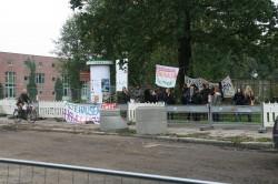 Die Mahnwache am 2. Oktober: Ein Teil der Protestler ist bei der öffentlichen Verhandlung im Gerichtssaal.