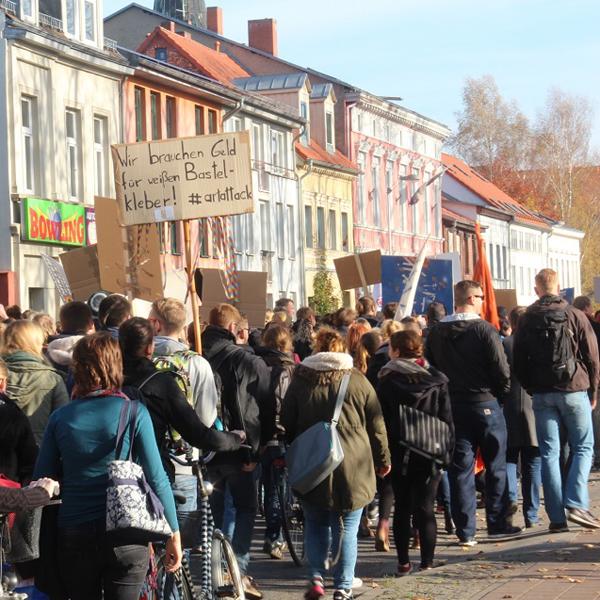 Studierende demonstrieren friedlich und lautstark für mehr Geld in der Bildung