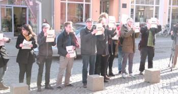 Rund dreißig Personen demonstrierten vor dem Rathaus für die Einführung der Mietpreisbremse.