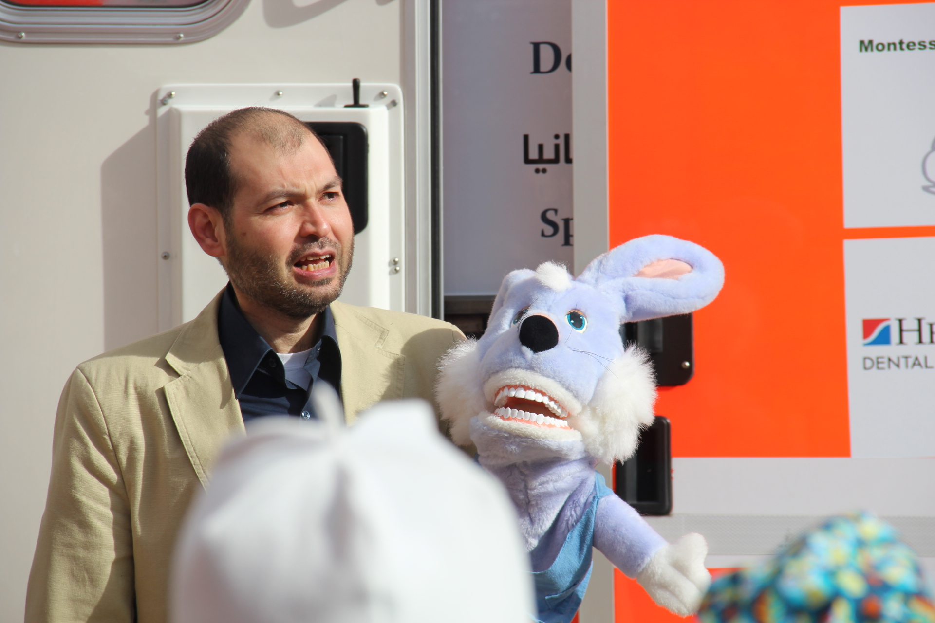 Mit seiner Handpuppe erklärte Dr. Mohammad Alkilzy den Kindern der Montessori-Schule, dass die syrischen Flüchtlinge dringend Hilfe benötigen.