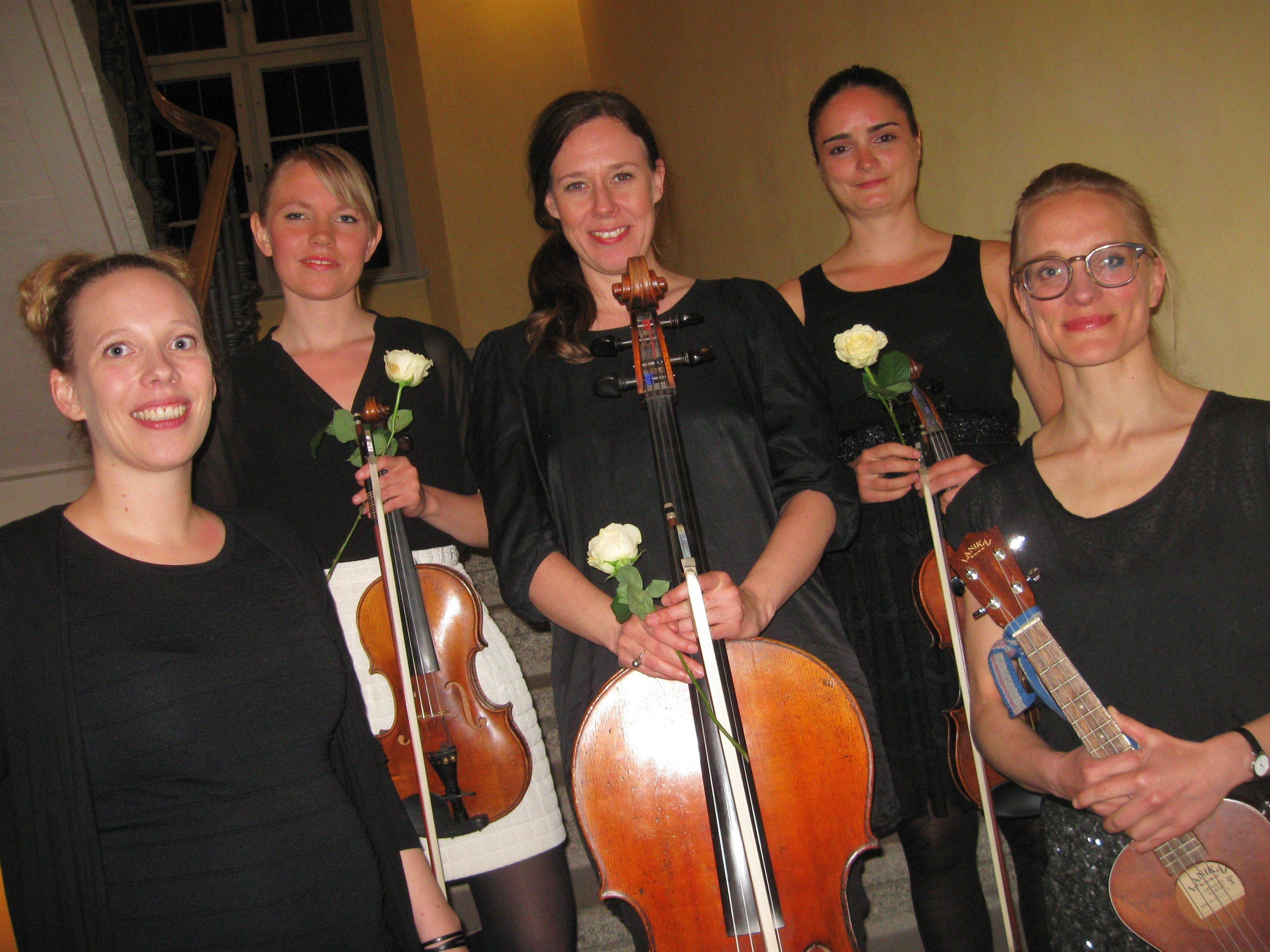 Unwiderstehlich angezogen von Musik – Ulla Pihl & Strings begeistern in der Aula der Universität