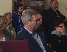 Dr. Stefan Fassbinder verfolgt die Debatte von den Besucherrängen aus