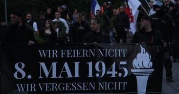 Nazidemonstration biegt in die Peenestraße ab.