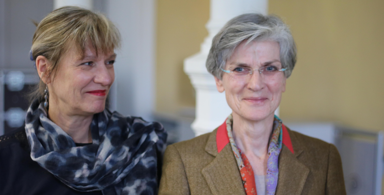 Die neue und alte Rektorin Prof. Johanna Weber (li.) mit der Präsidentin des Senates, Frau Prof. Maria-Theresia Schafmeister.