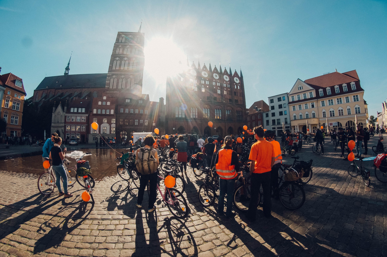 Seebrücke-Fahrraddemo erklimmt Rügenbrücke